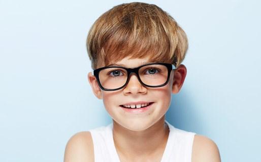 8 tegn på, at dit barn har brug for briller
